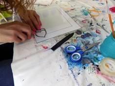 Eugenia haciendo corazon